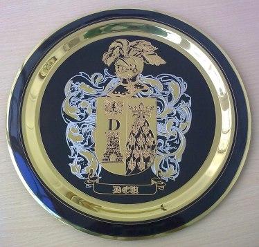 Plato con heraldica